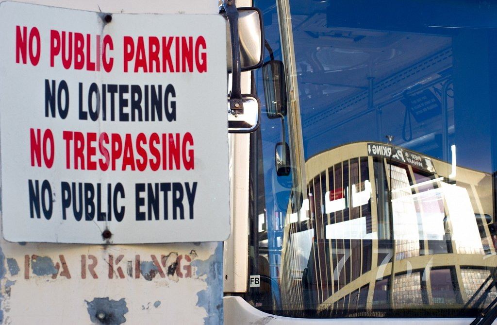 No pulic parking, no loitering, no trespassing, no pulic entry